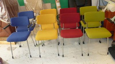 hergestoffeerde stoelen in meubelstof van de ploeg