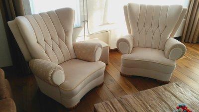 deze 2 fauteuil hebben wij hergestoffeerd in mohair  gecombineerd