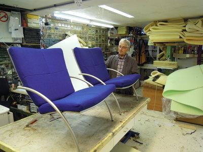 hergestoffeerde fauteuils met meubelstof van Kvadrat