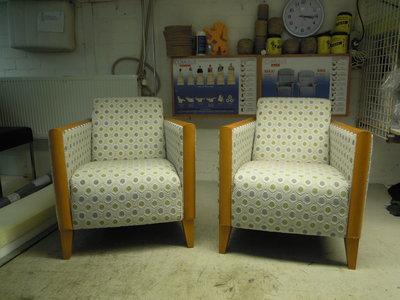 deze 2 fauteuils hebben we hergestoffeerd stof van Saum &viebahn