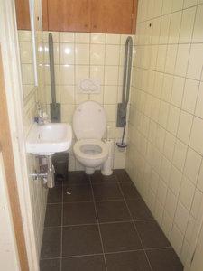 wij hebben een ruim invalide toilet met verstelbare beugels