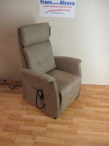 relaxfauteuil met sta op meubelstof in div kleuren leverbaar