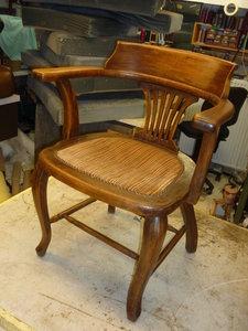 antiek stoeltje  van meubelstof  naar leder