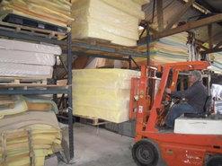 magazijn-in-geffen-worden-de-pallets-met-koudschuim-gebracht-voor-voorraad